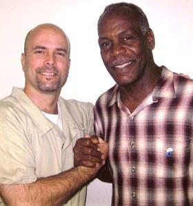 Danny Glover y Saúl Landau visitan nuevamente a Gerardo en la prisión de Victorville
