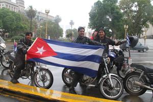 Médicos argentinos formados en Cuba, en moto desde Venezuela hasta Argentina por Los Cinco.